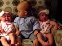 Малыш впервые видит близнецов