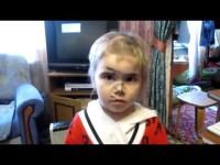 Девочка очень хочет быть как папа. Так мило и смешно :)