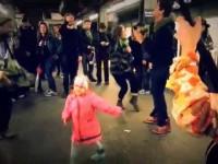 Девочка услышала уличных музыкантов и заставила плясать всех людей в метро