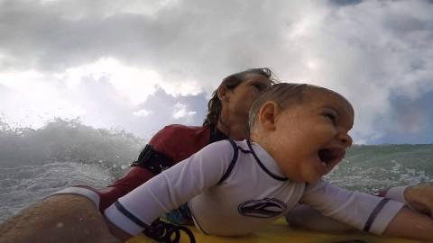 Ему только 9 месяцев, а он уже катается на серфе!