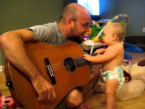 Кажется, этот крутой малыш в восторге от Bon Jovi! Весельчак