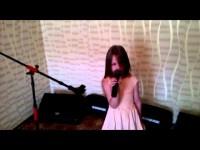 Маленькая девочка очень трогательно исполнила известную песню