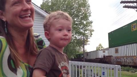 Малыш наблюдал за поездом и увидел сюрприз…