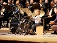 Малыш сыграл на барабанах с духовым оркестром