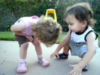 Малышка ушибла коленку. Посмотрите, что сделал её братик!