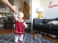 Малышка учится ходить. Видео с разными периодами жизни девочки