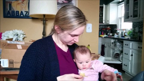 Мама смешно ест чипсы