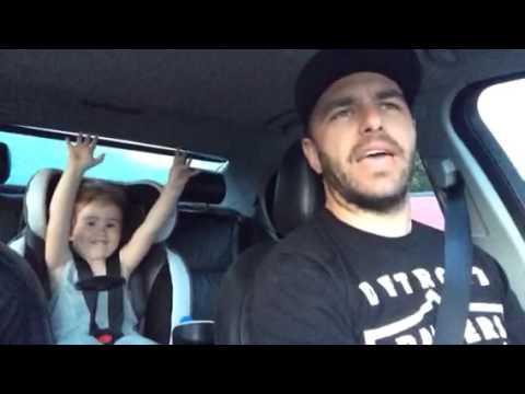 """Посмотрите, как реагирует отец, когда его дочка начинает петь """"Let it go"""""""