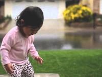 Ребенок впервые видит дождь
