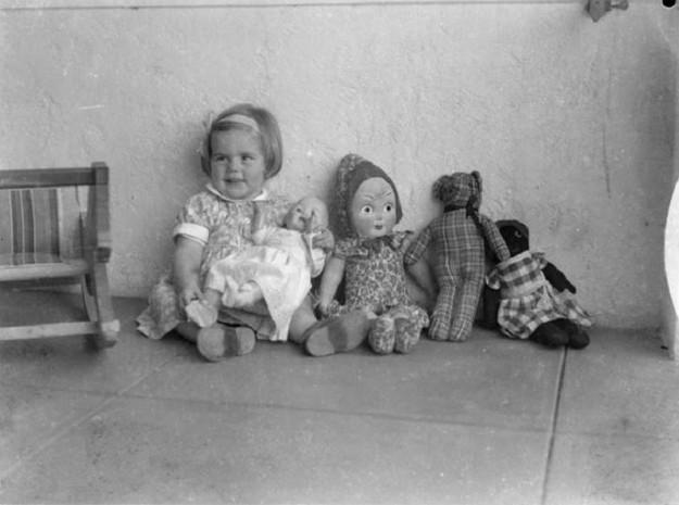 Девочка со своими игрушками, 1930 год
