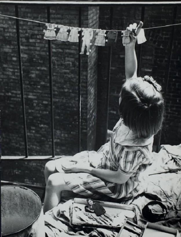 Девочка сушит одежду для игрушек, 1935 год