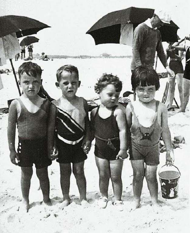 Друзья на пляже, 1930 год