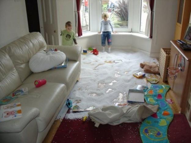 дети разбросали игрушки