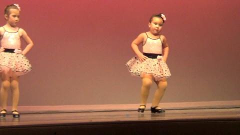 Своим заводным танцем эта девочка порвала весь интернет! Обхохотаться можно