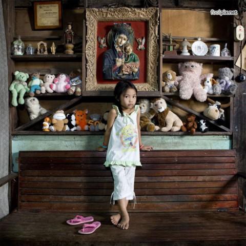 Фотографии детей из разных стран с их любимыми игрушками