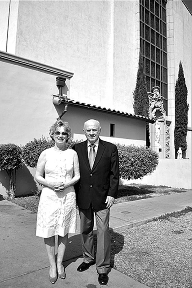 Пара у церкви, в которой когда-то происходила свадьба