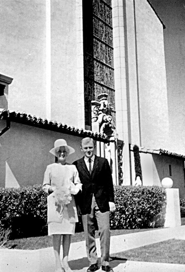 Пара у церкви, в которой когда-то происходила свадьба2