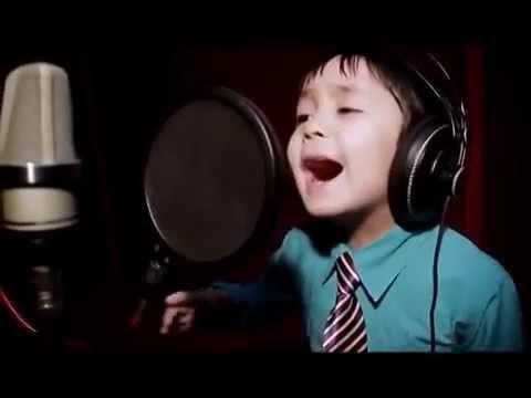 Как мальчику в 4 года удается так проникновенно петь?