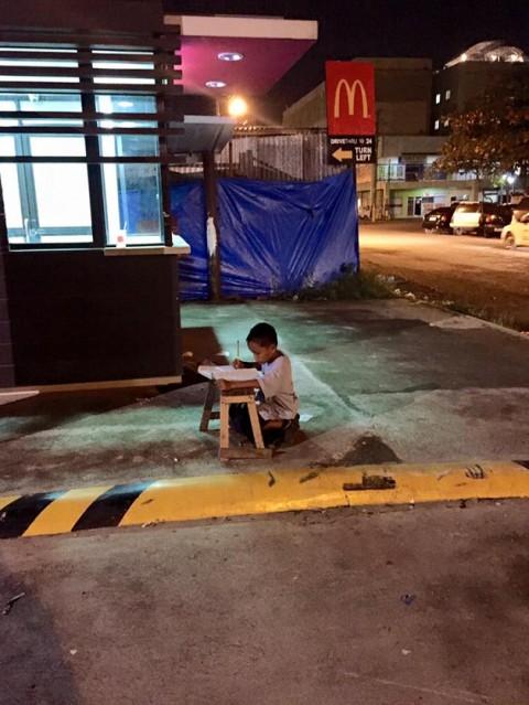 Фотография мальчика, который учит уроки в свете огней от кафе, спасла его семью!