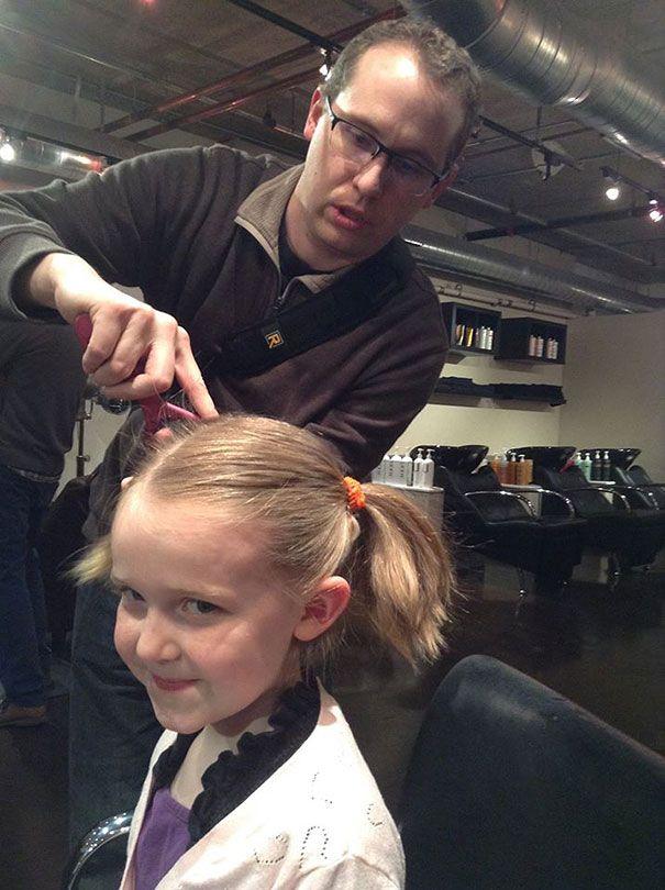 папа причесывает дочь