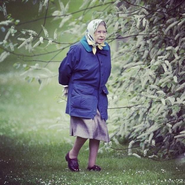 Елизавета II, королева Англии, на прогулке