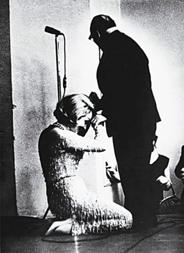 Марлен Дитрих, целующая руку Константину Паустовскому, рассказ которого «Телеграмма» проник ей в сердце еще в юности, 1963