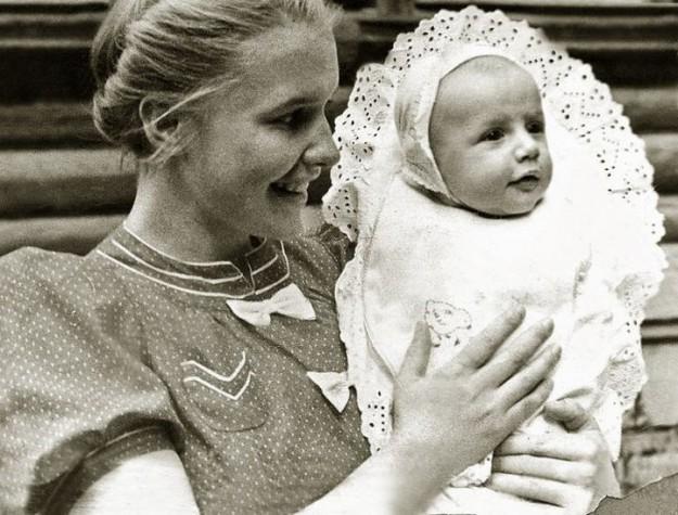 Саша Пороховщиков с мамой Галиной Александровной в 1939