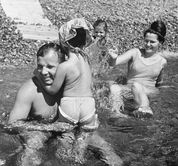 Юрий Гагарин на отдыхе в Крыму вместе с семьей