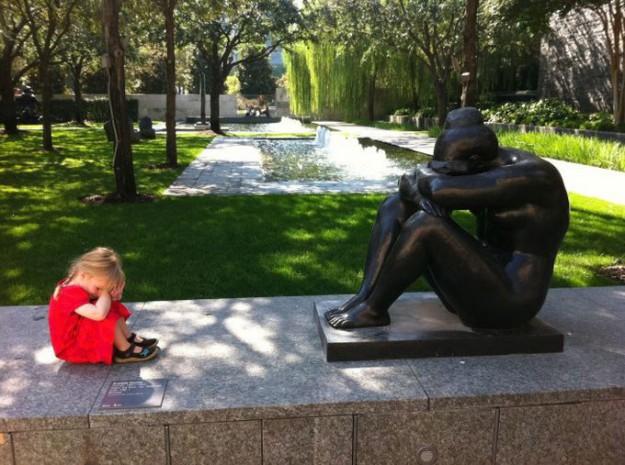 дети фотографируются возле памятника