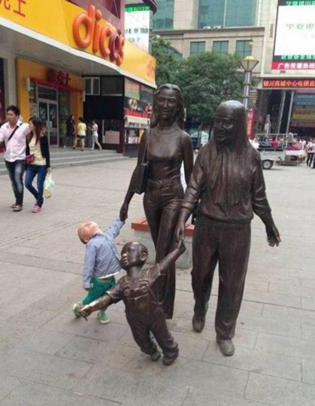 малыш и памятник