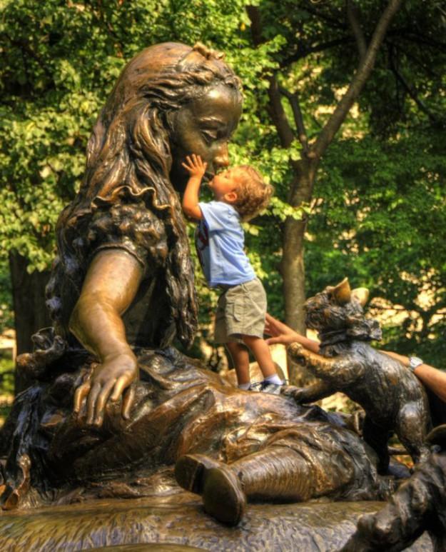 малыши и памятники