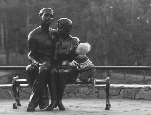 ребенок фотографируется с памятником