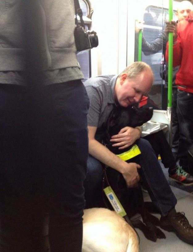 слепой обнимает пса