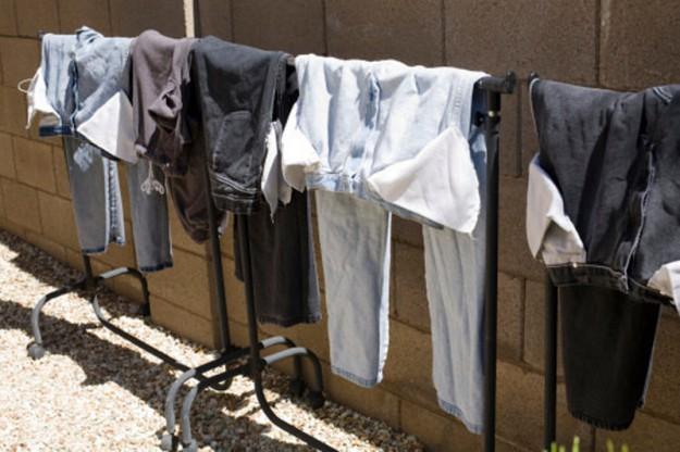 Чтобы джинсы не линяли, перед стиркой выверните их