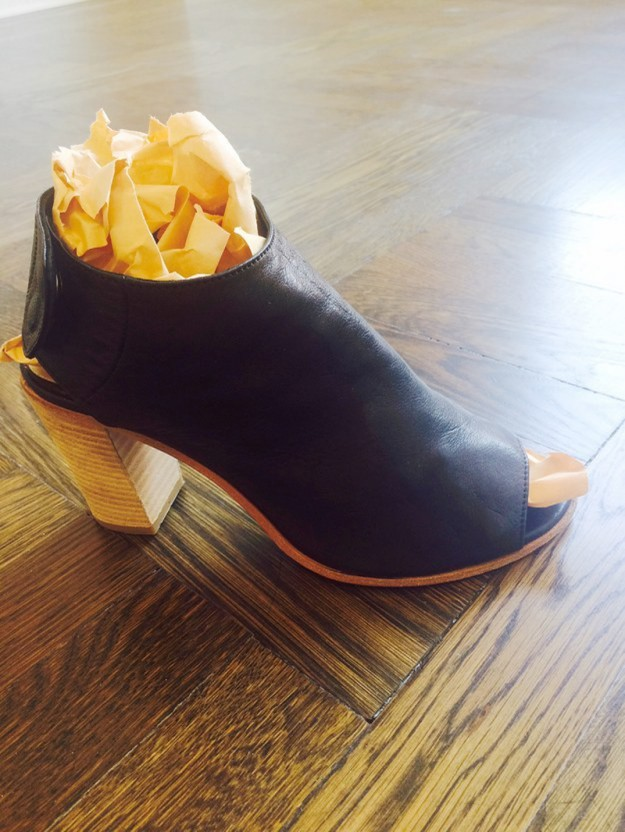Чтобы обувь не теряла форму, кладите в нее бумагу или газету. А еще бумага впитает лишнюю влагу