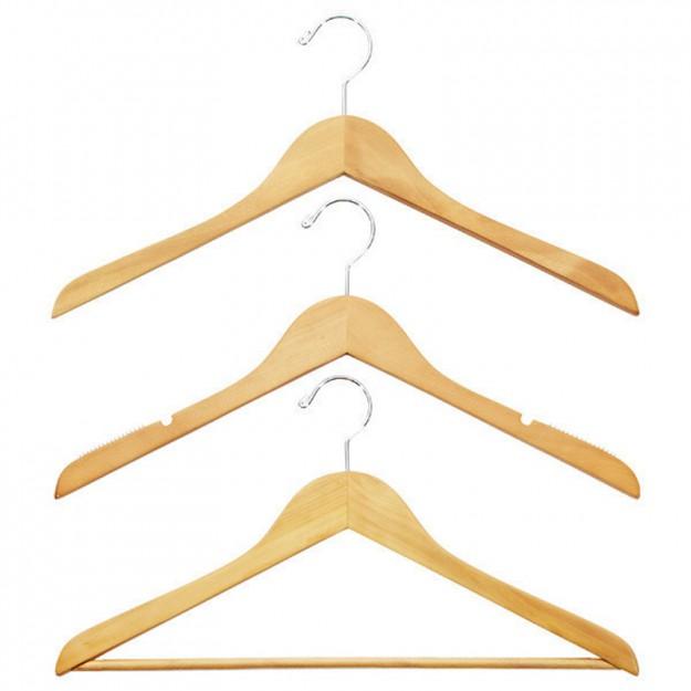 Чтобы плечи на одежде не вытягивались, используйте широкие вешалки