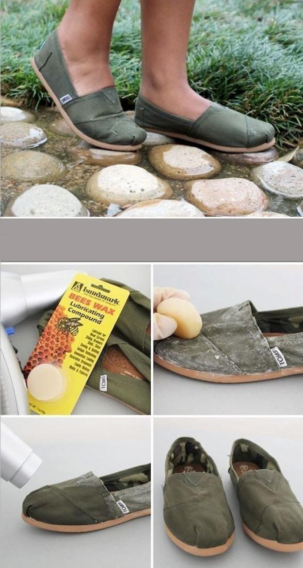 Чтобы тряпичная обувь не промокала, натрите ее воском, а затем просушите горячим феном, чтобы воск впитался