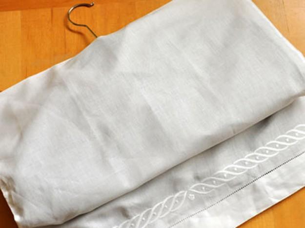 Используйте старые наволочки как чехлы для одежды