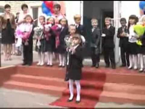Девочка пела на линейке 1 сентября, но звездой стал кое-кто другой…