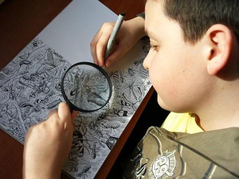 Талантливый мальчик рисует свои шедевры обычной черной ручкой