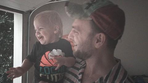 Малышка впервые бегает под теплым летним дождем. Потрясающая реакция!