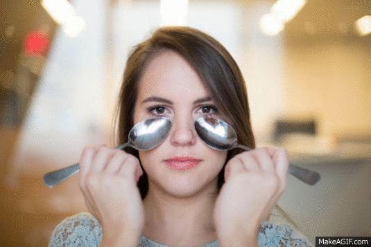 Чтобы избавиться от синяков и мешков под глазами, положите ложки на несколько часов или на ночь в морозилку, после чего проведите манипуляции, которые видите на фото