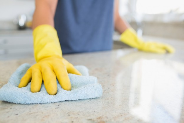Чтобы резиновые перчатки рвались не так быстро, положите в пальцы по небольшому кусочку ваты