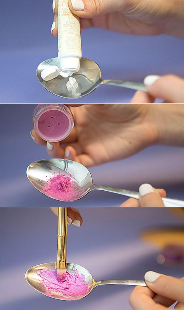 Если у вас есть палитра теней, вы можете создавать помады на свой вкус. Для этого в ложке смешайте немного бальзама для губ и любой оттенок теней. Помада готова!