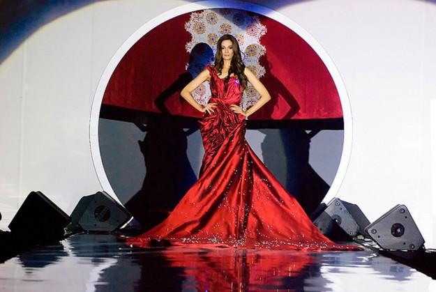 """Самое дорогое платье в мире """"Соловей Куала-Лумпура"""", которое украшает помимо других бриллиантов один большой бриллиант в 70 карат. 30 000 000 долларов"""