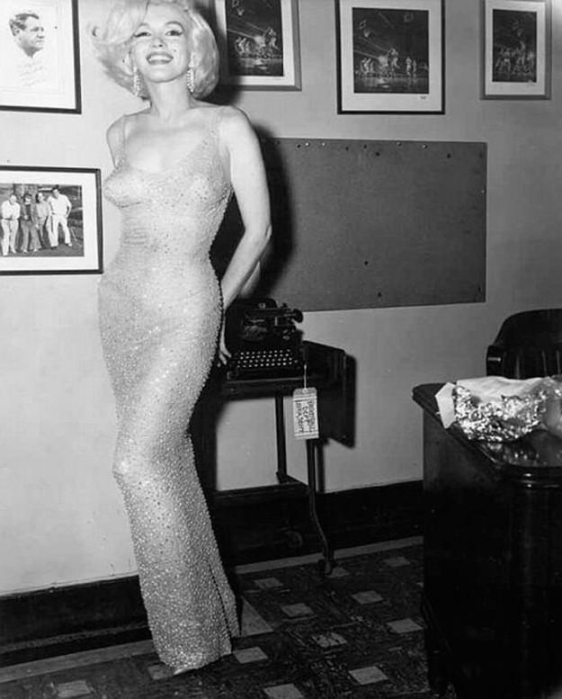 Знаменитое платье Мэрилин Монро Happy Birthday от Жана Луи. Сейчас его стоимость составляет. Изначально оно стоило 12 000 долларов
