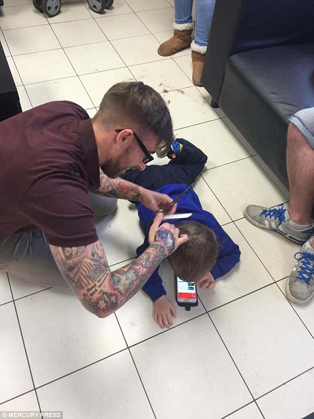 аутист в парикмахерской
