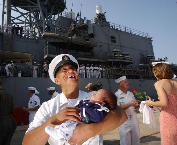 моряк с ребенком