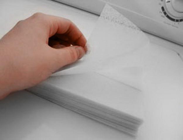 Чтобы быстрее высушить и подровнять вьющиеся волосы без фена, проведите по ним кухонными салфетками или бумагой для сушки