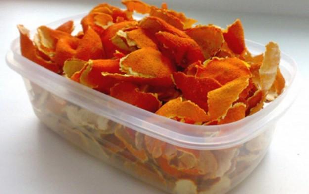 Если положить в шкафы сушеные корочки мандаринов, можно избавиться от моли и наполнить шкаф приятным ароматом